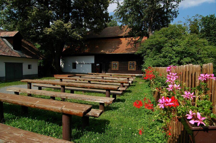Karlovské jezero je kousek od Muzea Velké Karlovice