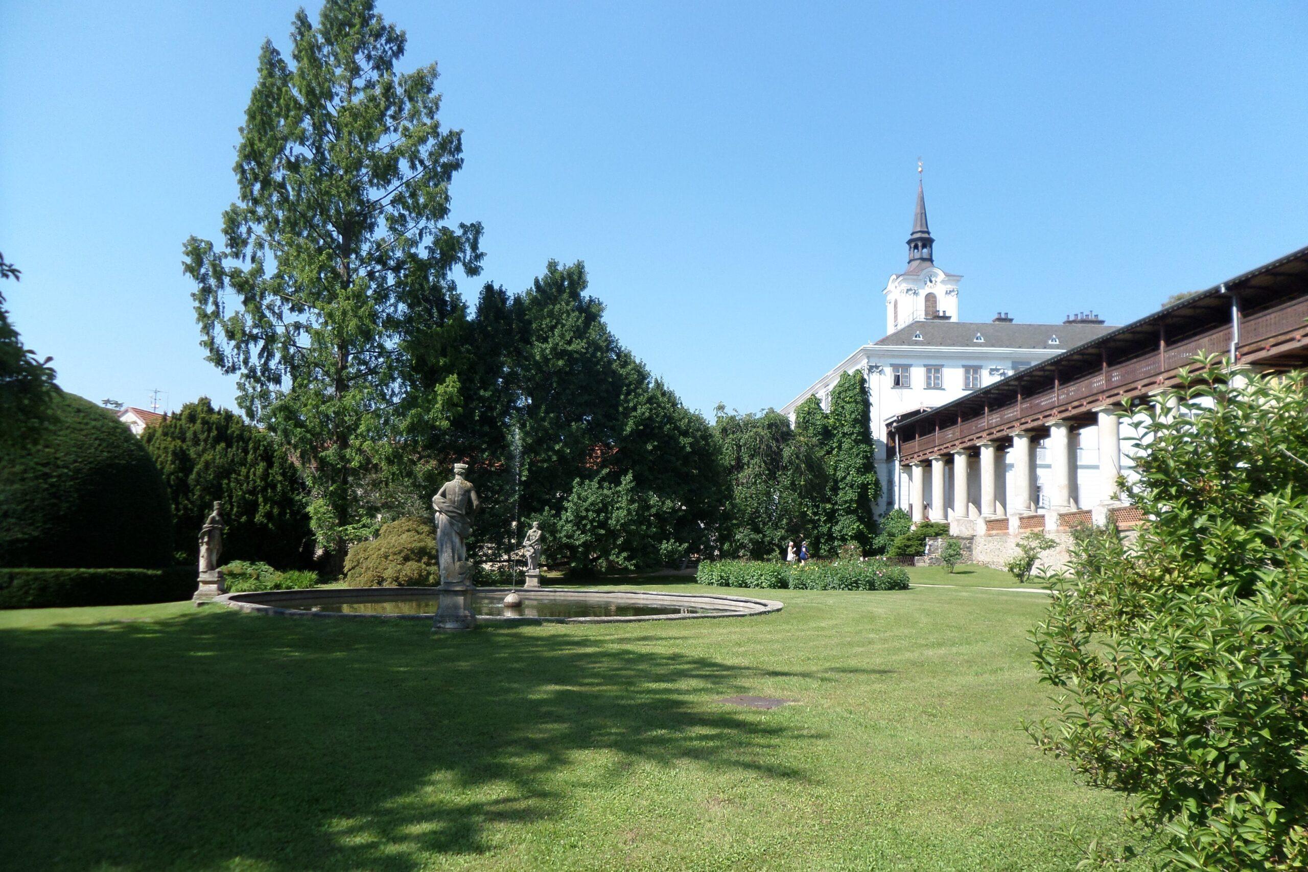 pohled na zahradu a zámek Lysice