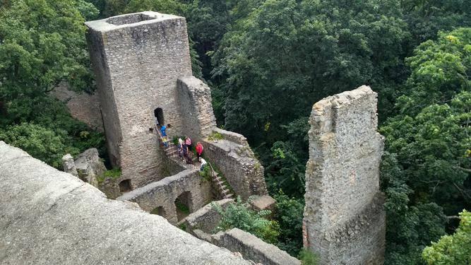 Pohled na věže a hradby z dronu