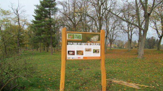 Informační tabule o hmyzu v parku Hrádek