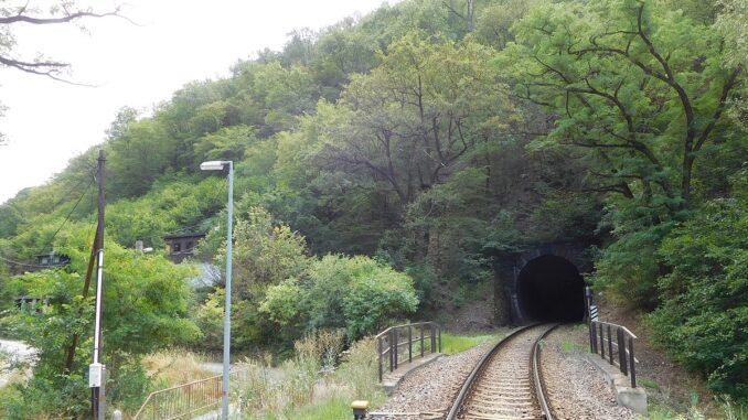 Jarovský tunel, koleje, vyhlídka Zvolská homole