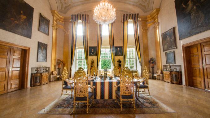 Interiér zámku, hostina