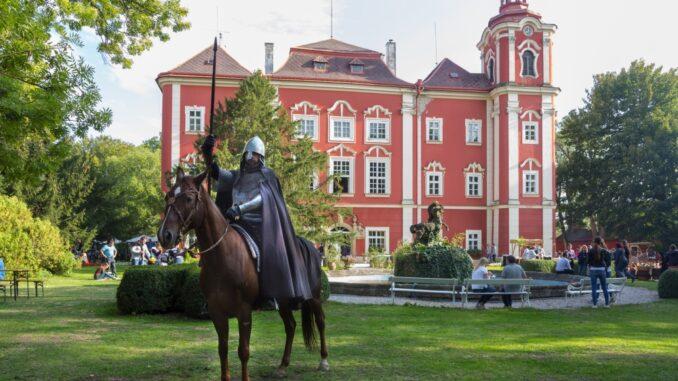 resort Dětenice - Rytíř na koni před zámkem