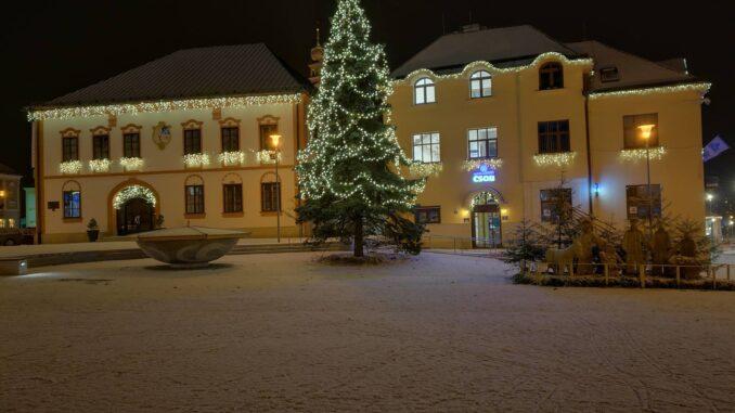 Zasněžené náměstí s Vánočním stromkem