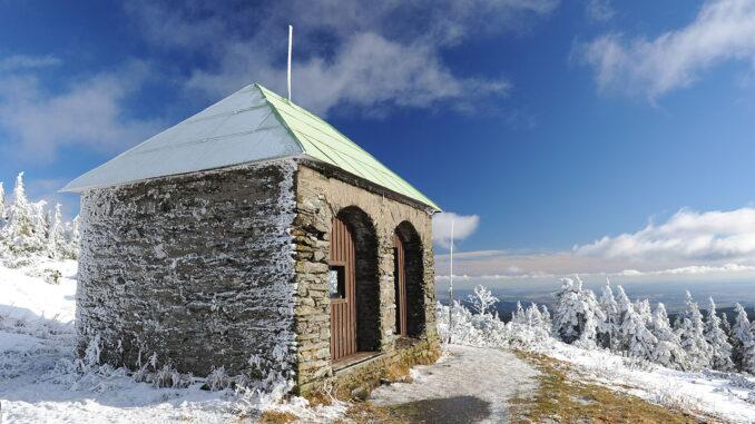 Kamenná útulna v zimě