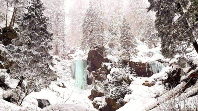 Vysoký vodopád v zimě