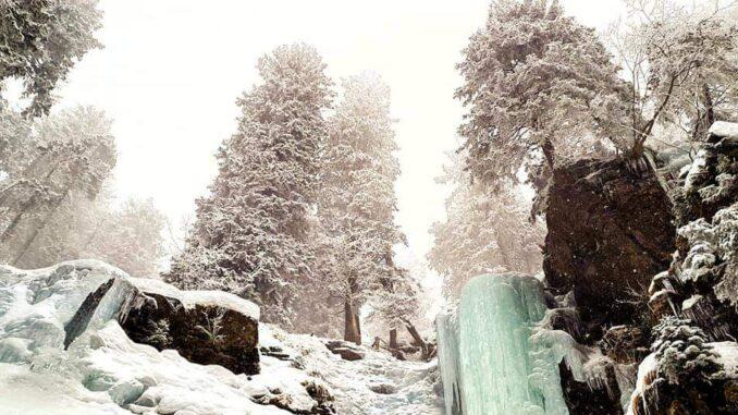 Zasněžená krajina s vodopádem