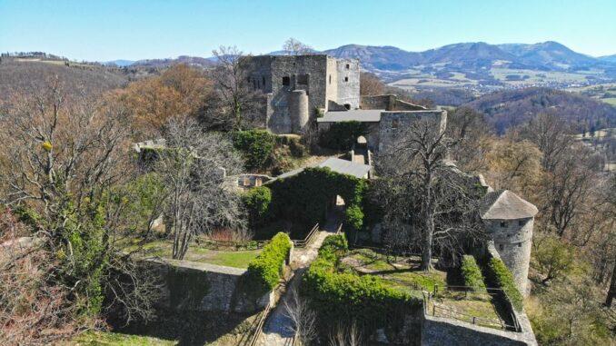 hrad Hukvaldy dominuje okolí