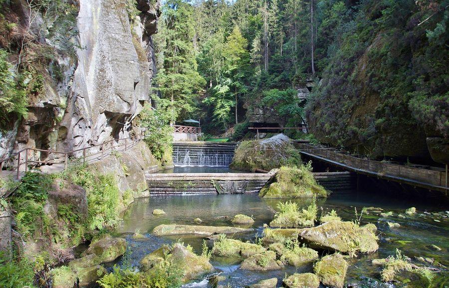 Edmundova soutěska ve skalnatém kaňonu řeky Kamenice v Národním parku České Švýcarsko