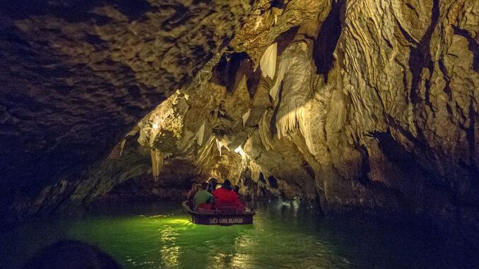 Punkevní jeskyně. Mokrá cesta - plavba na loďkách po podzemní Punkvě. Zdroj: Jerzy Strzelecki (CC BY-SA 3.0)