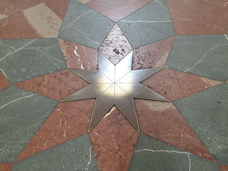 Santiniho hvězda na podlaze v kostele Nanebevzetí Panny Marie, klášter Kladruby, Plzeňský kraj. Foto: Anna Petruželková