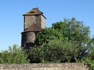 Hradní věž s rotundou, Týnec nad Sázavou, okres Benešov. Zdroj: ŠJů, Wikimedia Commons