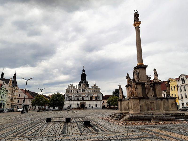 Město Stříbro, morový sloup a renesanční radnice. Foto: Anna Petruželková