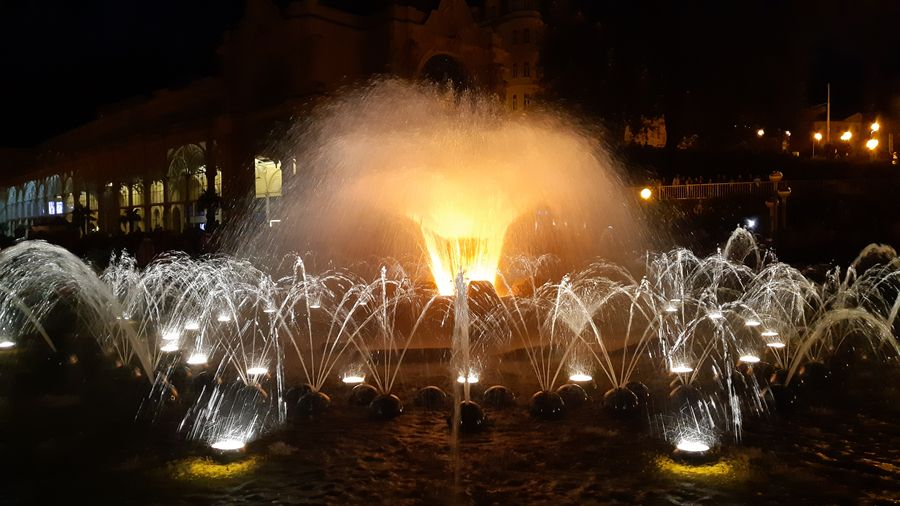 Zpívající fontána se světelnými efekty v Mariánských Lázních. Foto Anna Petruželková