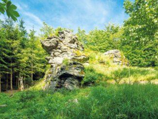 Miličínský lev, skalní útvar tvarem připomínající zkamenělého krále zvířat. Středočeský kraj: Zdroj: Destinační společnost Kraj blanických rytířů