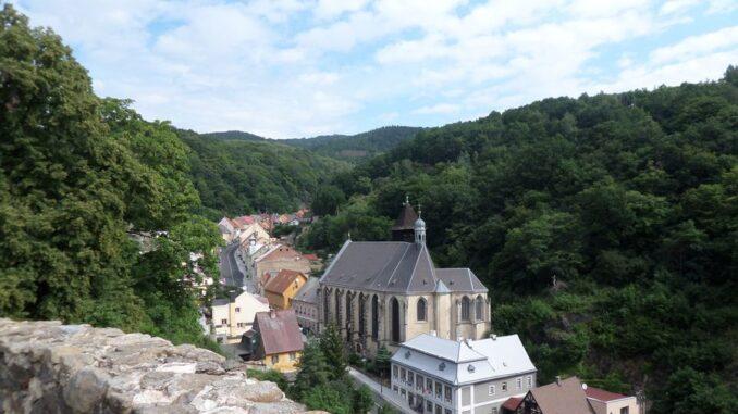 Výhled na město Krupka a kostel Nanebevzetí Panny Marie. Foto: Anna Petruželková